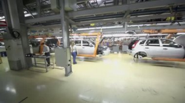 Workers assemble cars on conveyor — Stock Video
