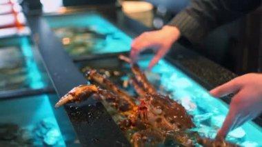 Restaurateur holds living crab — Video Stock