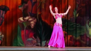 Woman contestant of Bellydance Superiority — Stock Video