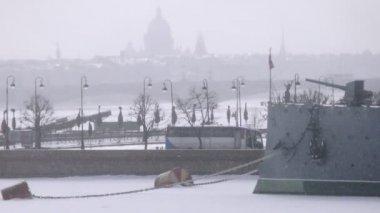 Aurora warship docked on frozen Nieva — Stock Video