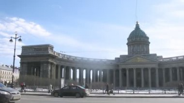 People near Kazan Cathedral in Sankt Petersburg — Stockvideo