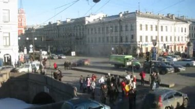 People walking on intersection in Sankt Petersburg — Stockvideo