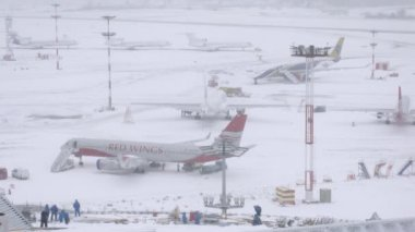 Workers cleaning snow on airfield — Stock Video
