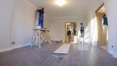 Workers renovating apartment — Stock Video