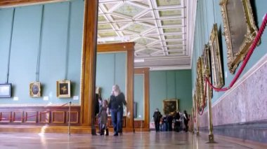 Tourists looking at paintings at Hermitage Museum — Stockvideo