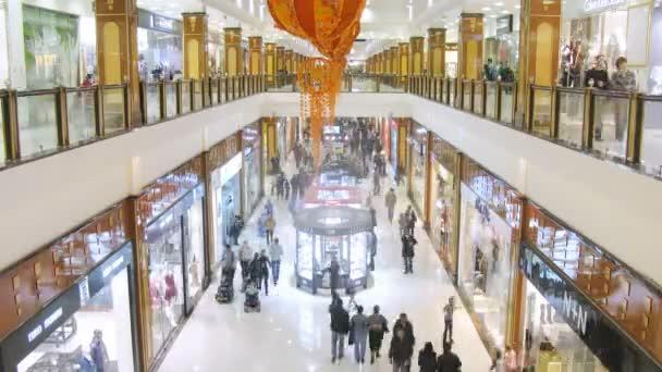 Movimiento en el pasillo del centro comercial de personas — Vídeo de stock