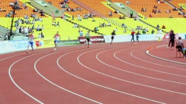 Athletes run on track — Stock Video