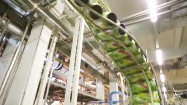 Dosen von Mojito weitergehen Förderanlage — Stockvideo