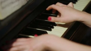 Woman plays on piano with notes — Stock Video