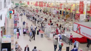 People make purchases in Auchan hypermarket — Video Stock