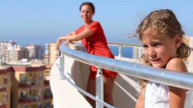 Mom and daughter standing on balcony — Stok video