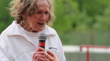 Elderly female participant of Moscow supermarathon — Stock Video