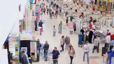 People make purchases in Auchan hypermarket — Stock Video