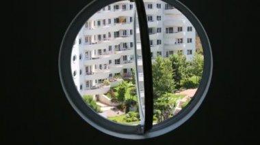 View through windows of green courtyard — Stock Video