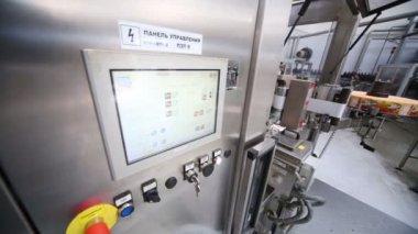 Pannello di controllo di macchina in grande fabbrica di birra — Video Stock