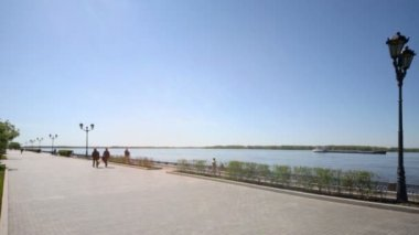People walk on quay of Volga river — Stock Video