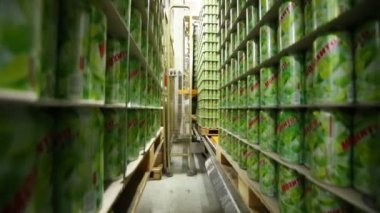 Cans of mojitos in warehouse in Ochakovo factory — Стоковое видео