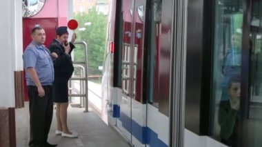 Employee of Moscow monorail system — Stockvideo