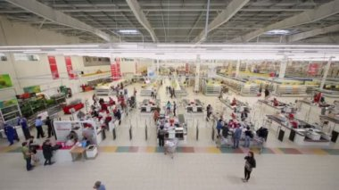 Customers make purchases in Auchan hypermarket — Stock Video