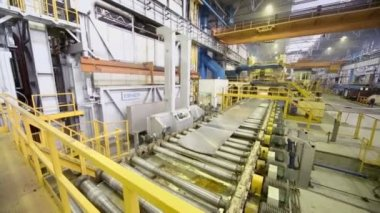 Aluminum sheet moves on rolling mill — Stock Video