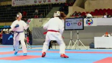 Female karate fighter attacks opponent — Stock Video