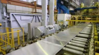Aluminum sheet moves on pressing machine — Stock Video