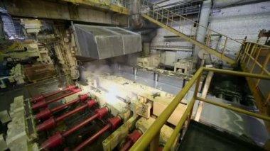Water cools aluminum sheet — Stock Video