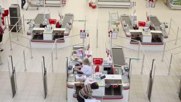 Woman at cashoffice in Auchan hypermarket — Vidéo