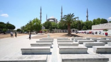 People walk near beautiful Sultanahmet Mosque — Stock Video