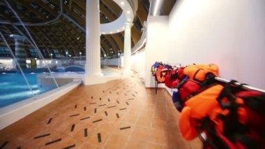 屋内ウォーターパーク カリビアのプール — ストックビデオ
