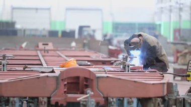 Worker weld part for train wagons — Stock Video