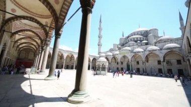 Tourists near Sultanahmet Mosque — Stock Video