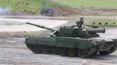 Battle tanks T-90A and T-80U — Stock Video