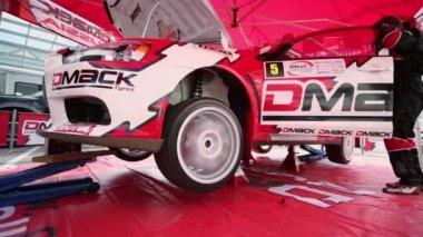 Automobile machinist do diagnostics of car — Stock Video