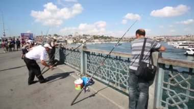 Fishermen on Galata Bridge at sunny day — Stock Video
