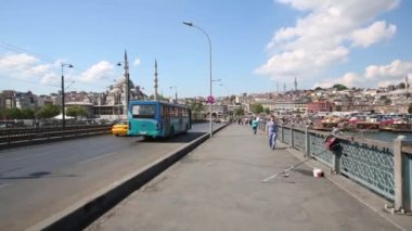 People and cars on Galata Bridge — Stock Video