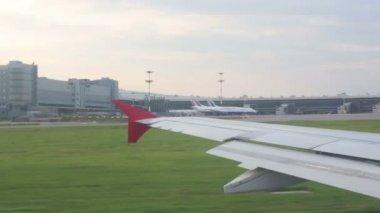 Flügel der auszuziehen Flugzeug Flughafen Vnukovo — Stockvideo