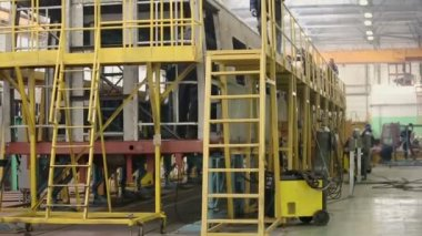 Workers weld coaches at Mytishchi factory — Stock Video