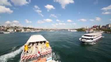 Tourist ships at river in Istanbul, Turkey. — Vídeo de Stock
