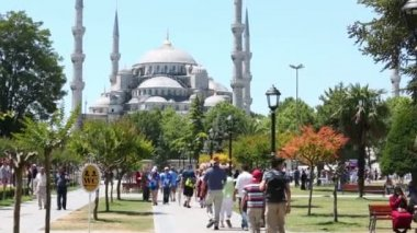 People on place in Sultanahmet Mosque — Stock Video