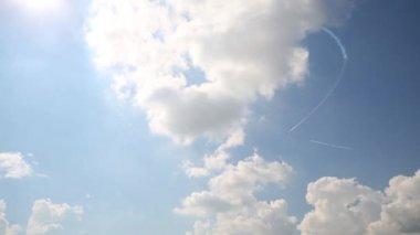 L-39 draw heart in sky — Stock Video