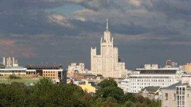 Building on Kotelnicheskaya Embankment (Stalin skyscraper) — Stock Video