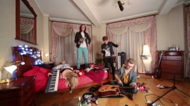 Four people, one breaks guitar — Stock Video