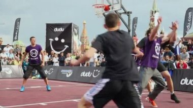 Sportsmen play basketball — Stock Video