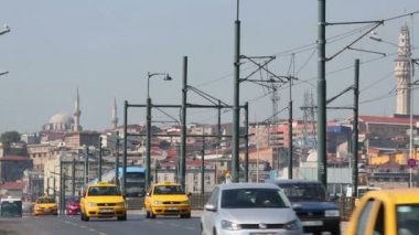 Daytime movement of cars on Galata Bridge. — Stock Video