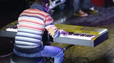 Virtuoso pianist plays synthesizer — Stock Video