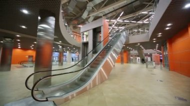 Large hall with lift and escalator — Stockvideo