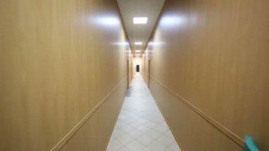 Bewegung entlang der schmalen Korridor aus Holz — Stockvideo