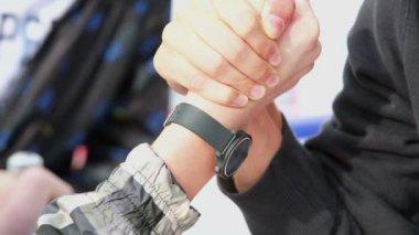 Arm-wrestling duel between two men — Stock Video