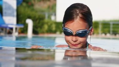 Little girl in swimming goggles — Stock video